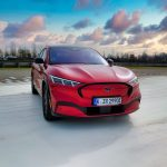 Ford Mustang Mach-e: premier essai sur piste pour un crossover électrique de 610 km |  Vidéo